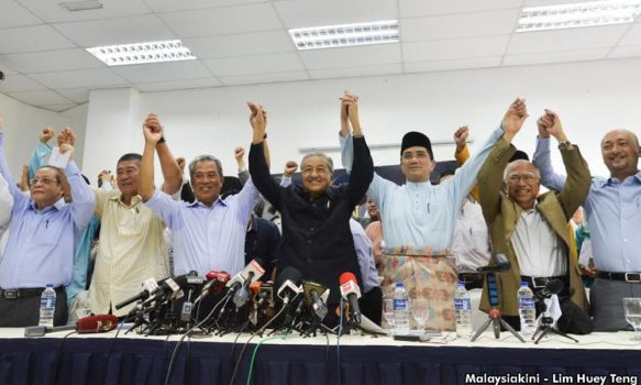 Mahathir, opposition parties, and civil society leaders signed the Deklarasi Rakyat.